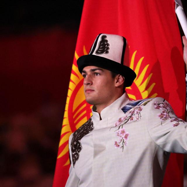 Denis Petrašov nosi barjak Kirgistana na otvaranju OI u Tokiju