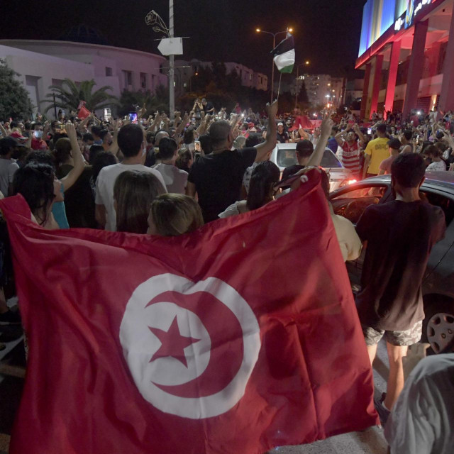 Slavlje na ulicama nakon raspuštanja parlamenta