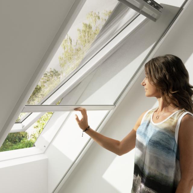 Kada se ne koristi, komarnik se uredno posprema u tanko gornje kućište i gotovo je nevidljiv, savšeno se uklapajući u izgled prozora.