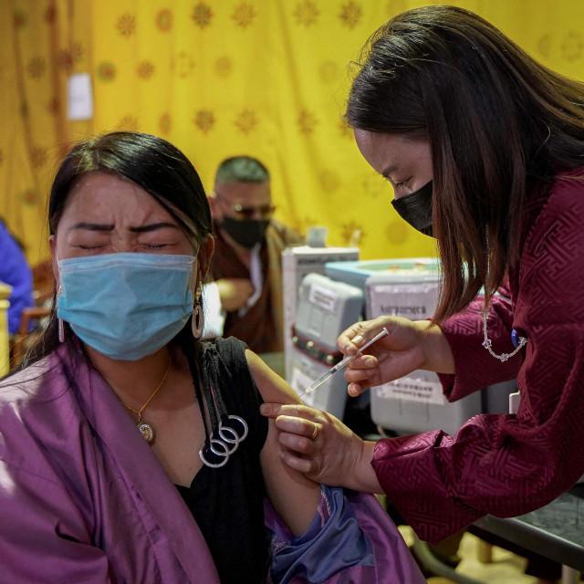 Djelatnica u zdravstvu iz najvećeg i glavnog grada Butana Thimpua prima dozu cjepiva protiv covida-19