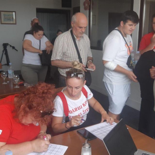 Putnici iz autobusa koji se prevrnuo kod Slavonskog Broda idu za Zračnu luku Osijek odakle će letjeti za Prištinu