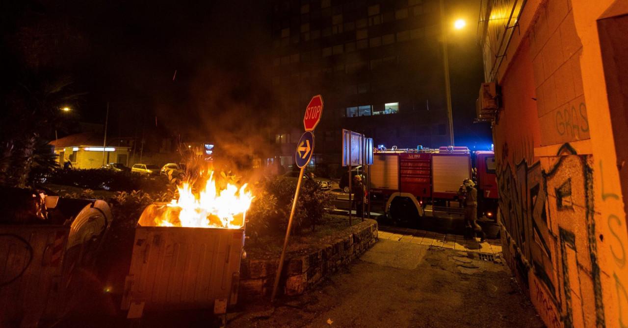 U Splitu opet gorjeli kontejneri na različitim lokacijama, oštećen i automobil zagrebačkih oznaka
