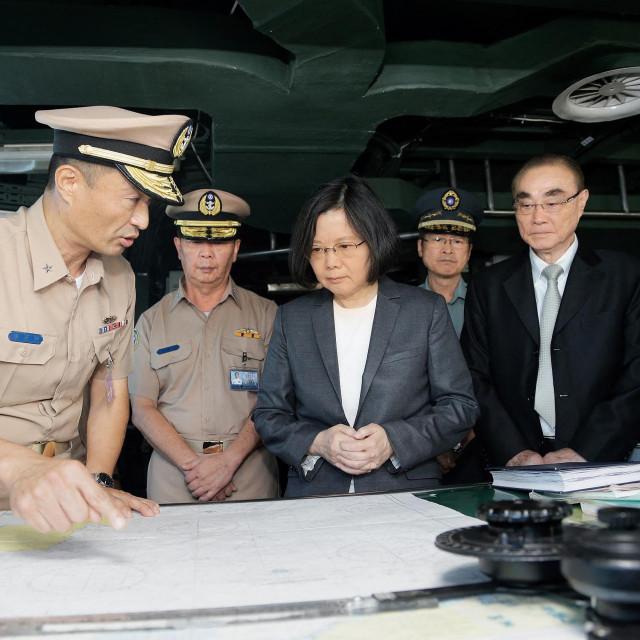 Kina je najavila da je spremna, pa i silom, uspostaviti svoj suverenitet nad tim otokom koji ona smatra dijelom kineskog teritorija – a za pravo joj indirektno daju i Ujedinjeni narodi; na fotografiji: Tsai Ing-wen (sredina)