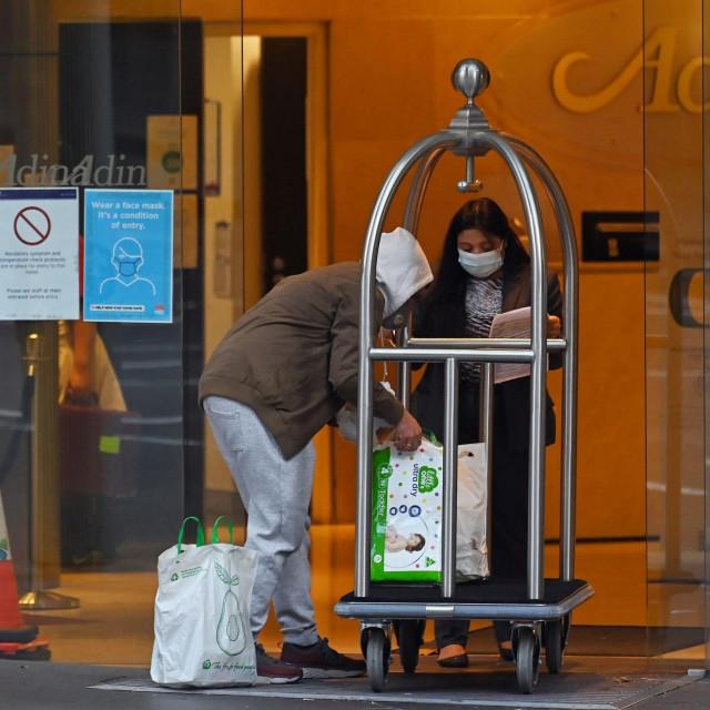 Muškarac osobama u karantena hotelu u Sydneyju donosi potrepštine