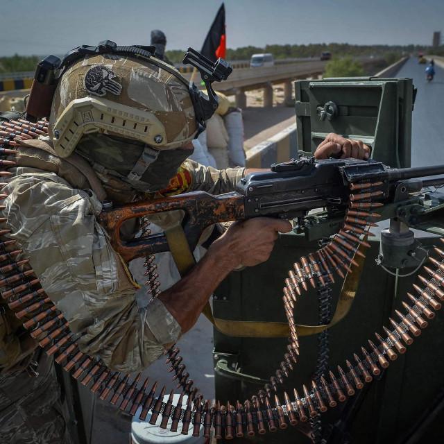 Vojnik naoružan lakom strojnicom u vozilu stražari kod ureda misije Ujedinjenih naroda u Heratu