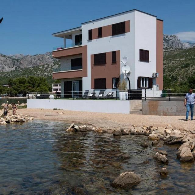 Kuća je sagrađena uz samu granicu pomorskog dobra