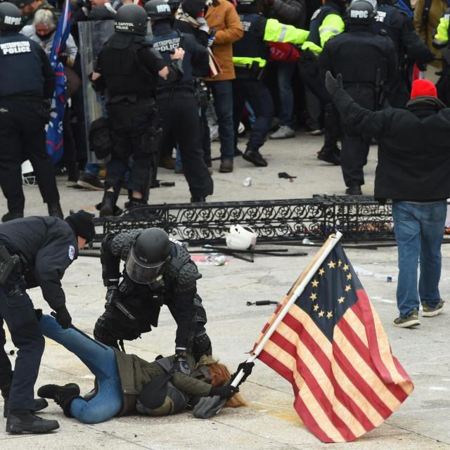 Neredi ispred Kapitola
