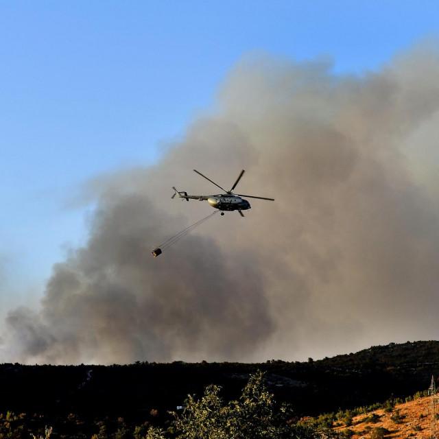Helikopter iznad požarišta