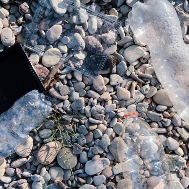 Plastična boca na plaži