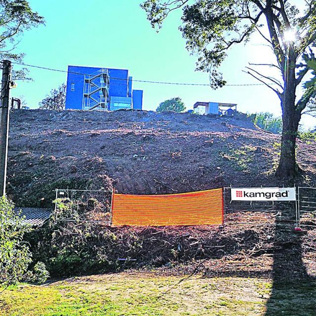 <br /> Nedavno je počelo raščišćavanje terena oko bolnice Srebrnjak, ali ni jedna lopata još nije zabijena iako je rok za dovršetak gradnje 22 mjeseca, odnosno početak 2023. godine