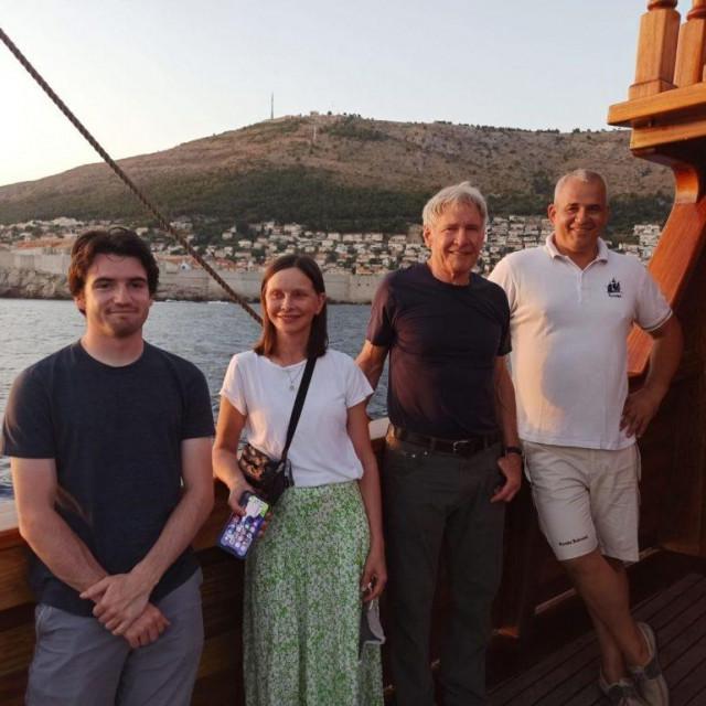 Calista Flockhart i Harrison Ford sa sinom Liamom u društvu s kapetanom karake, Franom Radoševićem.