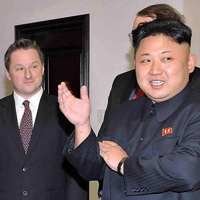 Kim Jong Un i Michael Spavor (lijevo)
