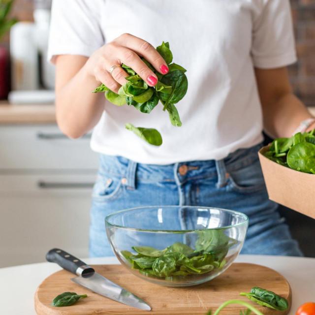 Zeleno lisnato povrće iznimno je bogato hranjivim tvarima, a ima vrlo malo kalorija. Ima vrlo malo probavljivih ugljikohidrata koji povećavaju razinu šećera u krvi
