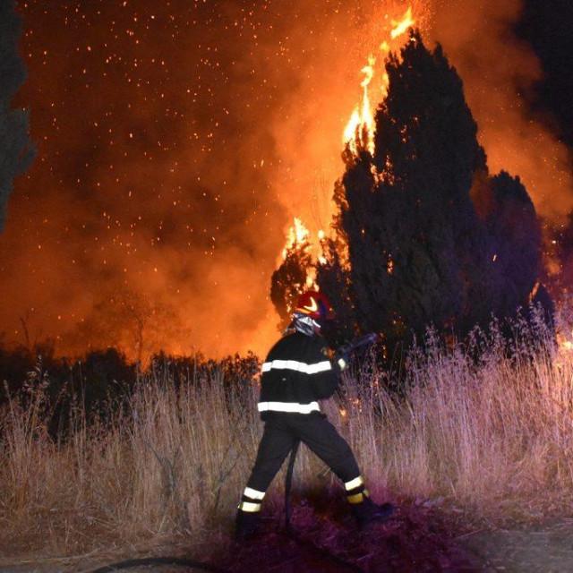 Talijanski vatrogasci gase požar koji bjesni pored Palerma na Siciliji