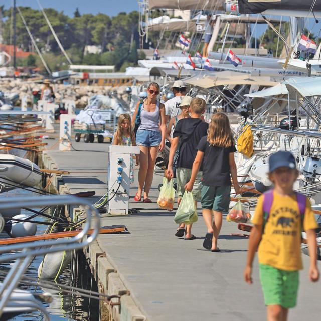 Popularne marine čarteri pune od nedjelje do četvrtka, a manji je tranzit vikendom. Petkom se čeka gorivo