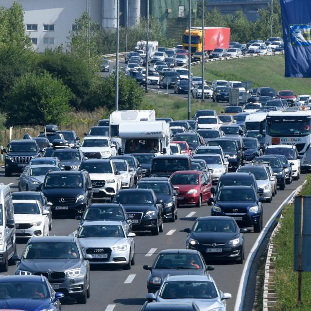 Višekilometarska kolona vozila ispred ulazne postaje autoceste A1 Zagreb-Lučko