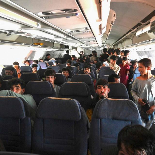 Afganistanci u zrakoplovu koji polijeće iz Kabula