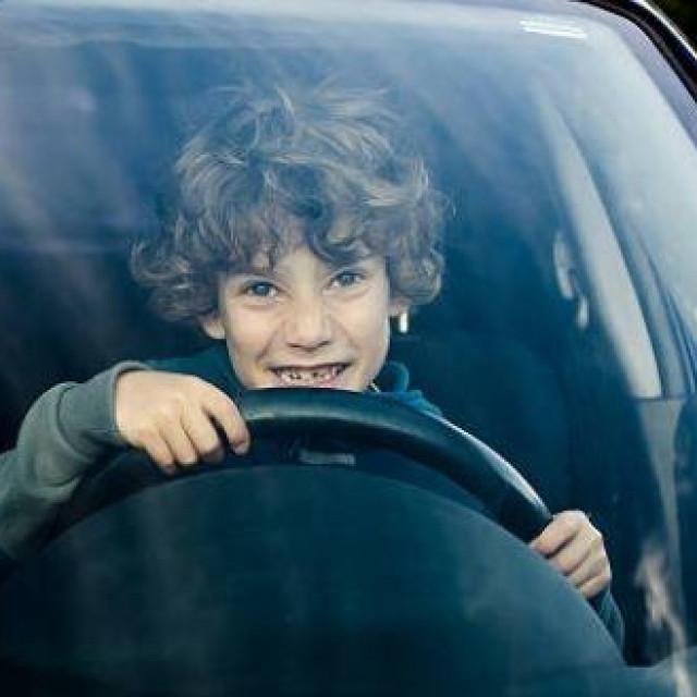 Maloljetnik za upravljačem automobila