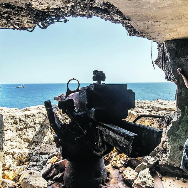 Kresšmir Bradica pored jednog od topova nekadašnje obalne baterije na rtu Velje more