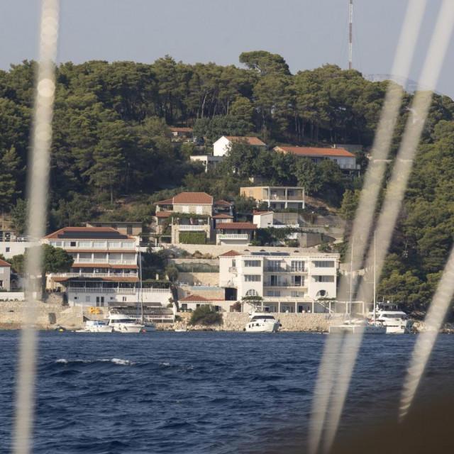 Brojni dokazi upućuju na to da se brodolom dogodio nedaleko od sidrišta Saplunara na otoku Mljetu