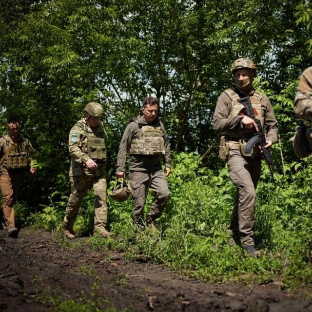 Ukrajinski predsjednik Volodimir Zelenskij (sredina) u lipnju je posjetio ukrajinske vojnike koji su stacionirani u Donbasu