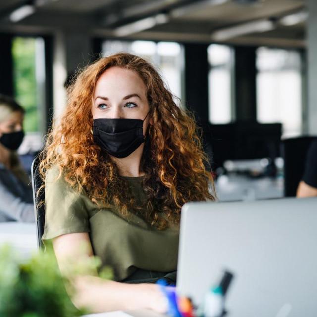 Dok nema jasnih dokaza da cijepljena osoba ne može zaraziti druge i dalje je preporuka nošenje maski i držanje razmaka