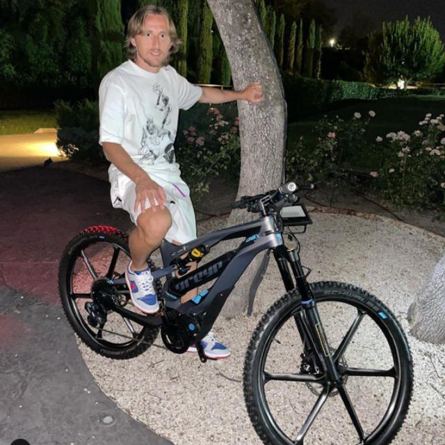 Nogometaš Luka Modrić na biciklu Greyp