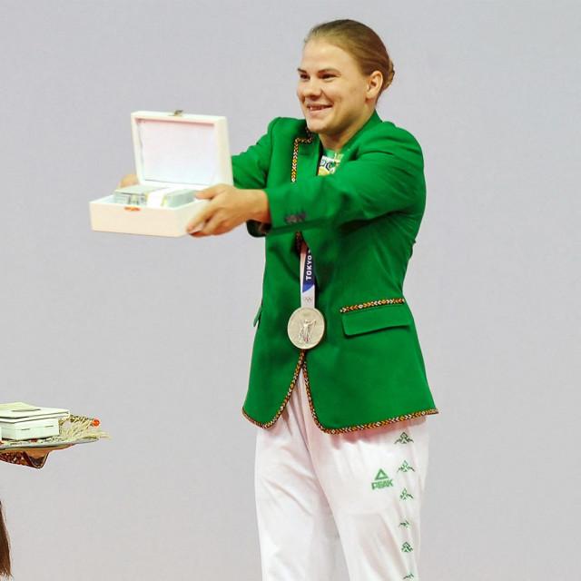 Polina Guryeva (desno)