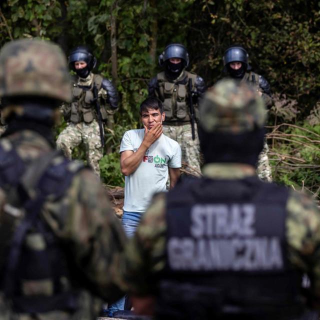 Migranti,za koje se vjeruje da su iz Afganistana, zapeli su između naoružanih bjeloruskih časnika i poljskih vojnika