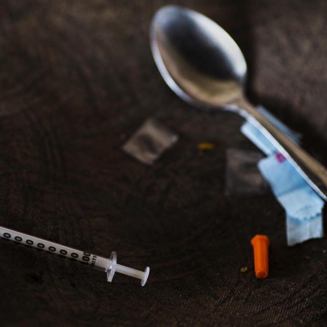 Igla, žlica i vrećica s opojnim drogama/Ilustracija