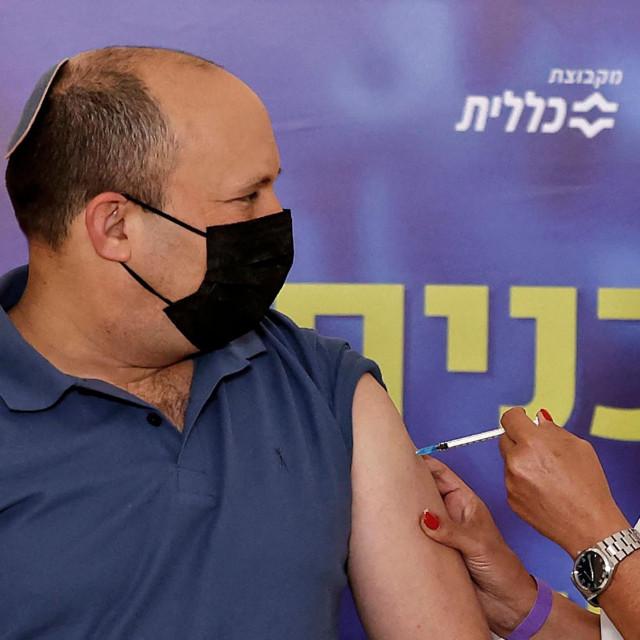 Izraelski premijer Naftali Bennett prima treću dozu cjepiva