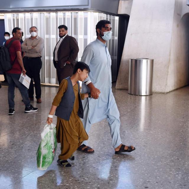 Afganistanske izbjegliceukrcavaju u autobus nakon što su stigli letom na međunarodnu zračnu luku Dulles