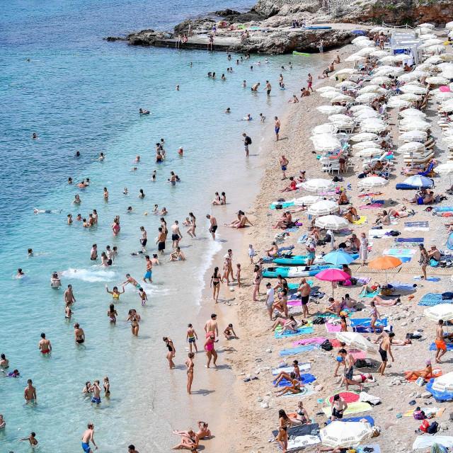 Plaža Banje u podne prepuna kupača