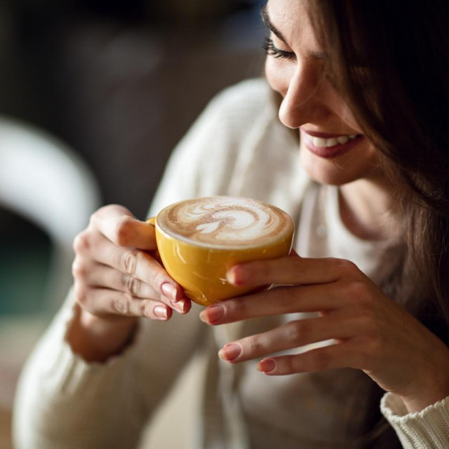 Kofein, koji je stimulans, ostaje u vašem krvotoku dugo nakon što ste popili posljednji gutljaj.