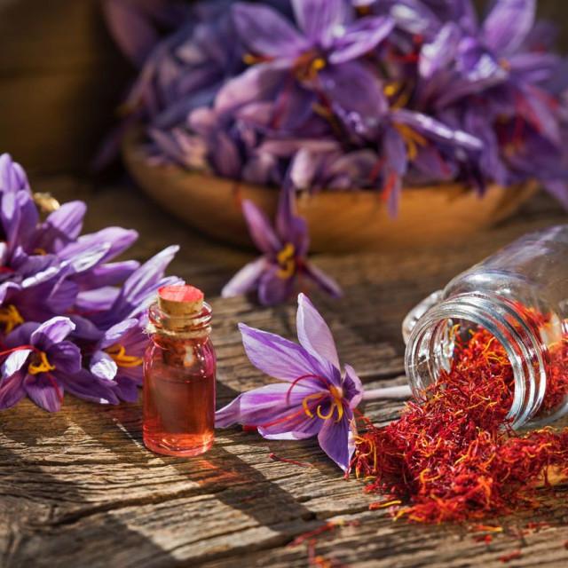 Šafran je najdragocjeniji. Na sreću, s obzirom na snažnu aromu, potrebno ga je vrlo malo za začinjanje i bojenje jela.