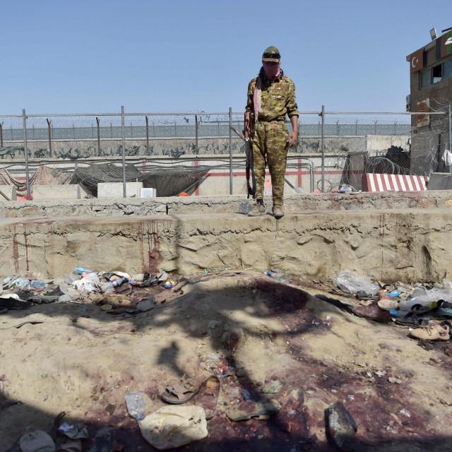 Talibanski borac čuva stražu na mjestu dvije snažne eksplozije