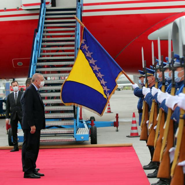 Turskog predsjednika Recepa Tayyipa Erdogana i njegovu suprugu Emine Erdogan dočekao je bosanski ministar sigurnosti Selmo Cikotić po dolasku u Sarajevo
