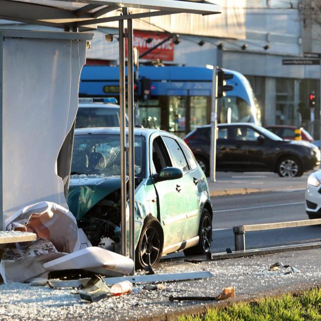 Na Vukovarskoj kod križanja s Držićevom ulicom vozač automobila udario u tramvajsku stanicu