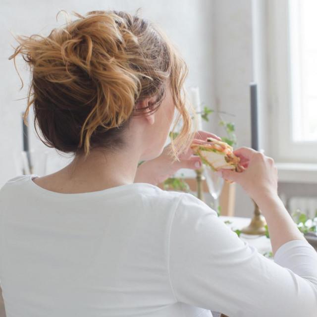 Pronađena je velika nakupina neprobavljivih vlakana iz kakija, koji je žena, inače veganka koja posljednjih šest godina isključivo jede sirovu hranu, pojela u većoj količini