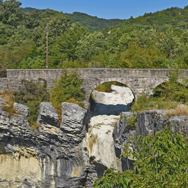 Lokalni Vodovod gradi vodovod na zaštićenom području i polaže cijevi na Napoleonovom mostu iznad prirodnog fenomena, slapa Sopot.