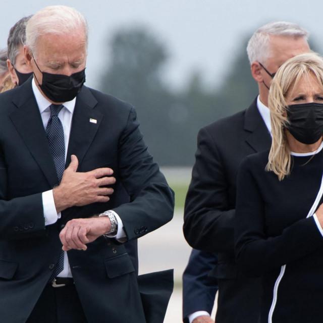 Američki predsjednik Joe Biden gleda dolje zajedno s prvom damom Jill Biden dok prisustvuju dostojanstvenom ispraćaju posmrtnih ostataka poginulih pripadnika službe