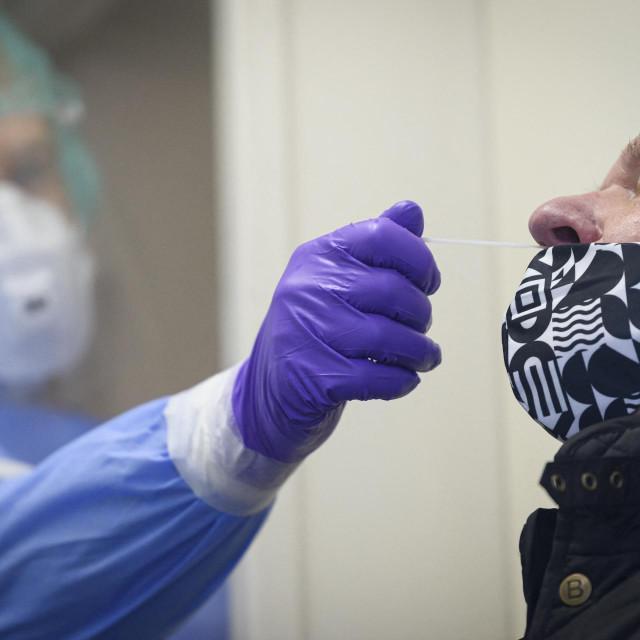 Medicinska sestra uzima bris pacijentu dok provodi test na Covid-19