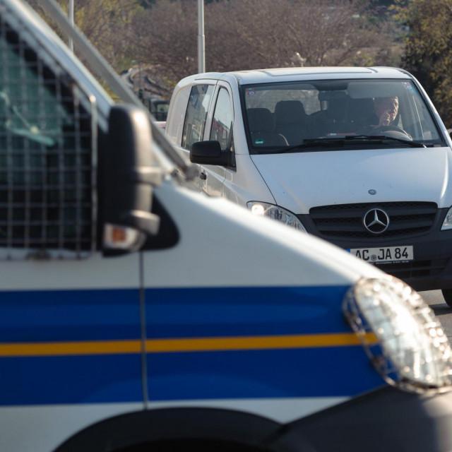Pripadnici policije i Civilne zaštite/Ilustracija