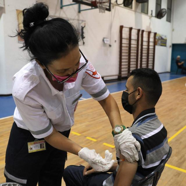 Medicinska sestra primjenjuje dozu cjepiva u Izraelu