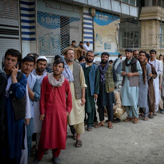 Afganistanci čekaju u redu da se otvore banke