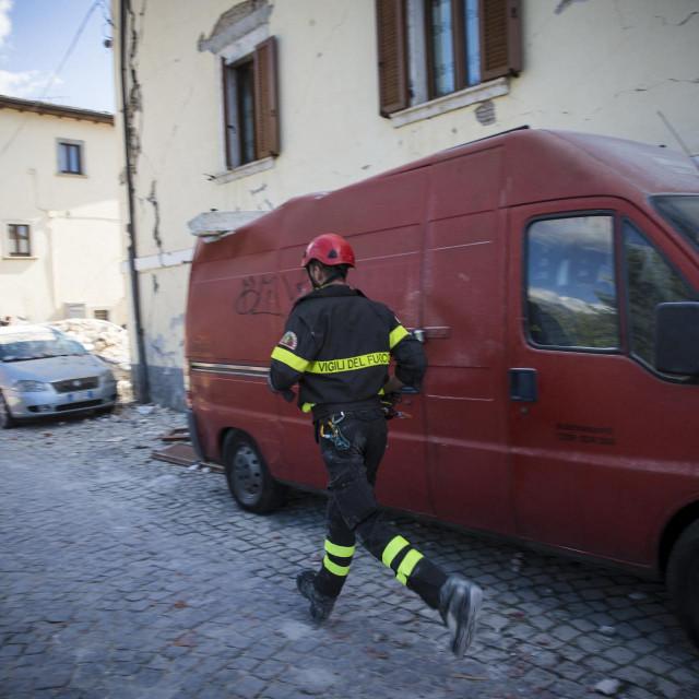Talijanski vatrogasac nakon potresa/arhivska fotografija