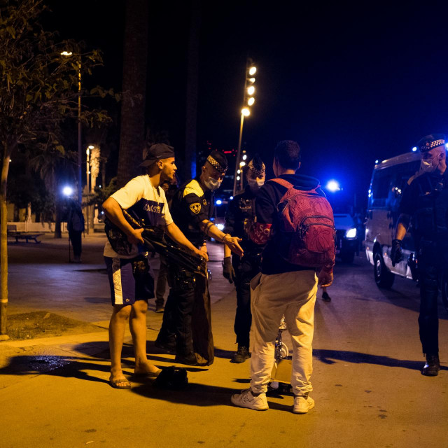 Policija u Barceloni rastjerava mladež koja se spontano okupila kako bi se podružila uz alkohol