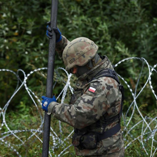 Poljski vojnici razvlače žicu duž granice