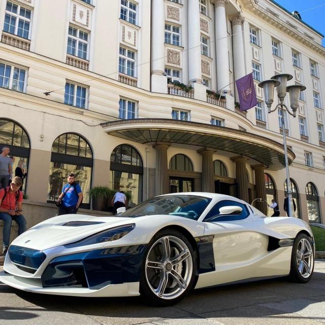Superautomobil ispred hotela Esplanade