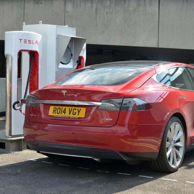 Ilustracija, Tesla Model S na punjenju